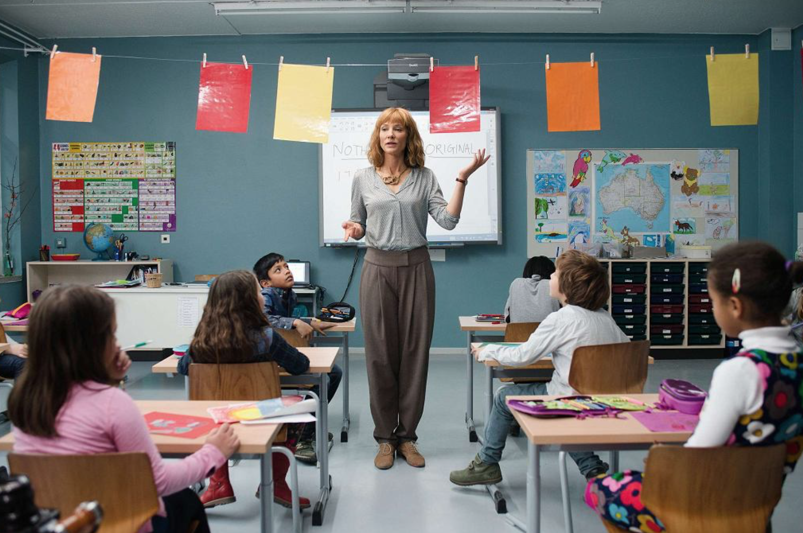 """Współczesna lekcja w wykonaniu Blanchett, kadr z filmu """"Manifesto"""""""